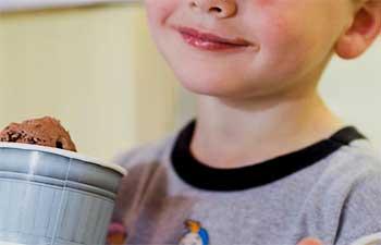 小男孩冰淇淋技巧